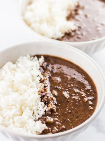 Easy Crockpot Recipes - This Crock Pot Black Bean Soup is an easy slow cooker recipe that's rich, creamy and perfect for colder weather. This black bean slow cooker soup is also a great frugal meal idea that can help you stretch a tight grocery budget.