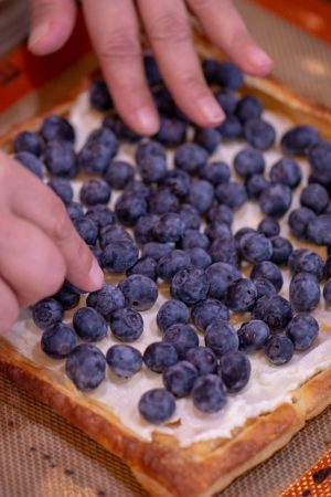 Thoroughly cover the puff pastry with the blueberries